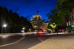 Berlinés Reichstag por noche Imagenes de archivo