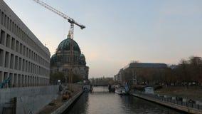 Berlin égalisant des heures avec le chantier du nouveau forum de Humboldt de château de Berlin Berlin Cathedral à l'arrière-plan  banque de vidéos