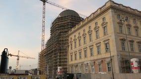 Berlin égalisant des heures avec le chantier du nouveau forum de Humboldt de château de Berlin Le trafic sur la route passant par clips vidéos