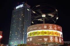 Berlin, światu zegaru i Radisson błękitny hotel, Zdjęcie Stock