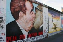 BERLIN - 19. OKTOBER 2012: Kuss zwischen Brezhnev und Honecker Stockfotografie