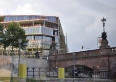 Berlin, Allemagne 27 août : Vue de pont de fête de rivière par la fenêtre de Berlin en Allemagne Photos libres de droits