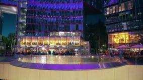 BERLIN, ALLEMAGNE - 30 AVRIL 2018 Intérieur lumineux de Sony Center le soir clips vidéos