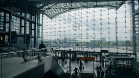 BERLIN, ALLEMAGNE - 1ER MAI 2018 Hauptbahnhof ou mur en verre de façade de gare ferroviaire principale, vue de l'intérieur Photo libre de droits