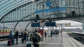 BERLIN, ALLEMAGNE - 1ER MAI 2018 Les gens sur la plate-forme principale de gare ferroviaire de ville Photographie stock
