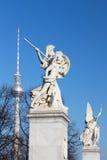 BERLIN, ALLEMAGNE, FÉVRIER - 13, 2017 : La sculpture sur le Schlossbruecke - Athéna protège le jeune héros Photographie stock