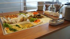 BERLIN, ALLEMAGNE - 17 janvier 2015 : Buffet de nourriture au salon d'affaires à l'aéroport international de Berlin Tegel Photos stock