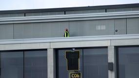 BERLIN, ALLEMAGNE - 17 janvier 2015 : JUJUBES de Berlin Brandenburg Airport, encore en construction, travailleur sur le terminal  Image stock