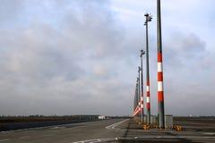 BERLIN, ALLEMAGNE - 17 janvier 2015 : Vue de tablier vide avec des positions et des lumières de stationnement Macadam chez Berlin Photo libre de droits