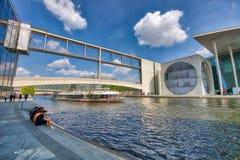BERLIN, ALLEMAGNE - 25 JUILLET 2016 : Bâtiments modernes le long de fête Ri Images libres de droits