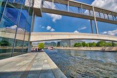 BERLIN, ALLEMAGNE - 25 JUILLET 2016 : Bâtiments modernes le long de fête Ri Photo libre de droits