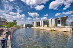 BERLIN, ALLEMAGNE - 25 JUILLET 2016 : Bâtiments modernes le long de fête Ri Photographie stock