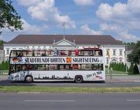 BERLIN, ALLEMAGNE - 3 JUIN 2016 : autobus de touristes devant le palais de Bellevue Photos stock