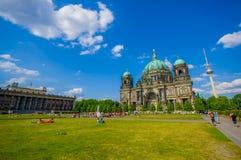 BERLIN, ALLEMAGNE - 6 JUIN 2015 : La cathédrale imposante de Berlin au fond, grande herbe verte avec des personnes l'été Photo stock