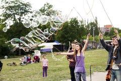 Fabrication des bulles de savon chez Mauerpark Photo stock