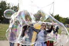 Fabrication des bulles de savon chez Mauerpark Images libres de droits