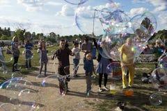 Fabrication des bulles de savon chez Mauerpark Image libre de droits