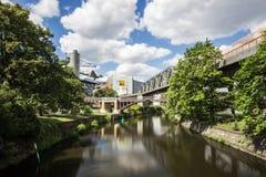 5 6 2018 : BERLIN, ALLEMAGNE Kreuzberg est l'une des régions les plus connues de Berlin Le canal de Landwehr est des 10 long cana images libres de droits