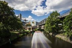 5 6 2018 : BERLIN, ALLEMAGNE Kreuzberg est l'une des régions les plus connues de Berlin Le canal de Landwehr est des 10 long cana images stock