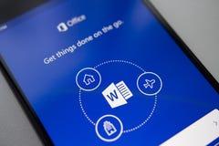 Berlin, Allemagne - 19 novembre 2017 : Application de Microsoft Word sur le smartphone moderne d'écran Microsoft Office au téléph photos libres de droits