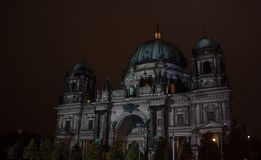 Berlin, Allemagne - 11 octobre 2017 : Berlin Cathedral a illuminé Photo libre de droits