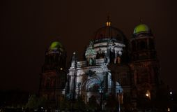 Berlin, Allemagne - 11 octobre 2017 : Berlin Cathedral a illuminé Photos libres de droits