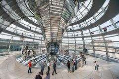 BERLIN, ALLEMAGNE - 26 SEPTEMBRE 2012 : À l'intérieur de la coupole du bâtiment de Reichstag à Berlin, l'Allemagne Image stock