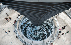 BERLIN, ALLEMAGNE - 26 SEPTEMBRE 2012 : À l'intérieur de la coupole du bâtiment de Reichstag à Berlin, l'Allemagne Images libres de droits