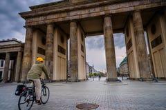 BERLIN, ALLEMAGNE - 22 SEPTEMBRE 2015 : Massif de roche célèbre de Brandenburger Image stock