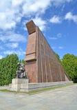 Berlin, Allemagne Une statue du soldat s'affligeant au sujet du abaissé un peu de drapeau de granit Treptov-parc images stock