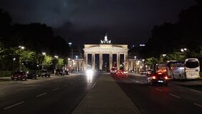 BERLIN - 21 AOÛT : La Porte de Brandebourg la nuit, le 21 août 2017 à Berlin clips vidéos