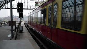 Berlin - 21 août : Trains partant et arrivant chez Berlin Central Station clips vidéos
