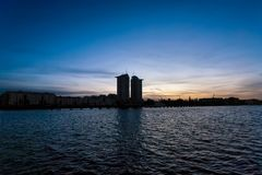 Berlin au coucher du soleil - tour d'appartement près de fête de rivière dans Kreuzberg Image stock