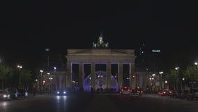 Berlin Brandenburg Gate iluminado en la noche con tráfico almacen de metraje de vídeo