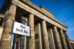 Berlin Brandenburg Gate mit Straßenschild Stockfotos