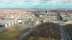 Berlin Brandenburg Gate och Reichstag panorama flyg- sikt stock video