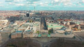 Berlin Brandenburg Gate-satellietbeeld met stadsverkeer stock videobeelden