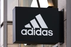 Berlin Brandenburg, Germany,/- 22 12 18: adidas podpisuje wewnątrz Berlin Germany obraz stock