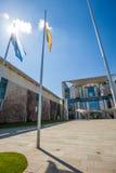 Berlin Bundeskanzleramt con las banderas Imagen de archivo