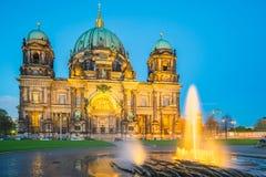 Berlin Cathedral in Berlijn, Duitsland bij nacht royalty-vrije stock foto