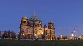 Berlin Cathedral (Berliner Dom) bij avond, Berlijn, Duitsland stock footage