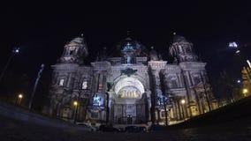 Berlin Cathedral (Berliner Dom) bij nacht, Berlijn, Duitsland stock footage
