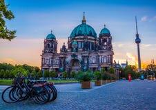 Berlin Cathedral Berliner Dom reflekterade i festfloden på gryning Royaltyfri Foto