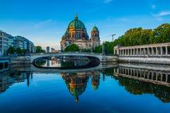 Berlin Cathedral Berliner Dom reflekterade i festfloden på gryning Arkivbild
