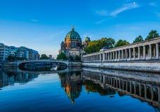 Berlin Cathedral Berliner Dom reflekterade i festfloden på gryning Royaltyfria Foton