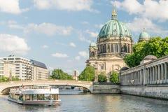 Berlin Cathedral bij beroemd Museumeiland met de rivier van de excursieboot royalty-vrije stock foto's