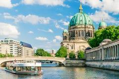Berlin Cathedral bij beroemd Museumeiland met de rivier van de excursieboot Royalty-vrije Stock Afbeelding