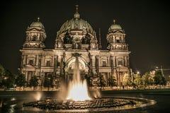 Berlin Cathedral Church en la noche fotografía de archivo libre de regalías