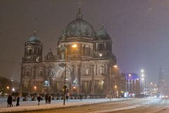 Berlin Cathedral couvert de neige, Allemagne Photo stock