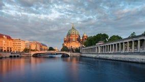 Berlin Cathedral dans le début de soirée Photographie stock libre de droits